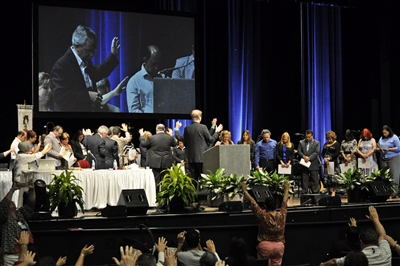 Annual Conference crowd blesses lay missioners from Hispanic Academy